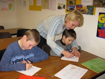 Елена помогает с письмом