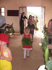 Alunos da Escola Bíblica levando as oferendas ao altar.