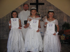 As confirmandas, da esquerda para a direita, ANGÉLICA, ELISA e ELISETE junto com o pastor CIRLEI
