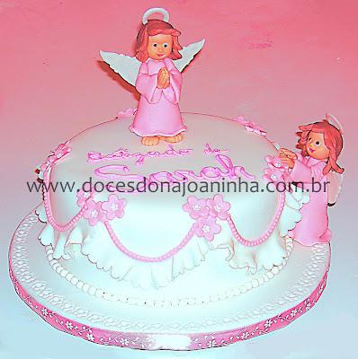 Bolo decorado com anjinho e babadinhos para batizado em rosa e branco
