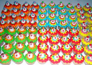 Circo palhacinho patati patata Bolos pirulitos e cupcakes para lembrancinha festa infantil Palhacinho Patati Patatá Circo