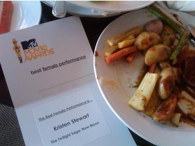 MTV  Movie Awards 2010 - Página 8 Dinner+after+mtv+awards+on+Twitpic_1276017991585