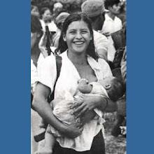 Mulher nicaraguense amamenta seu filho durante a Revolução Sandinista