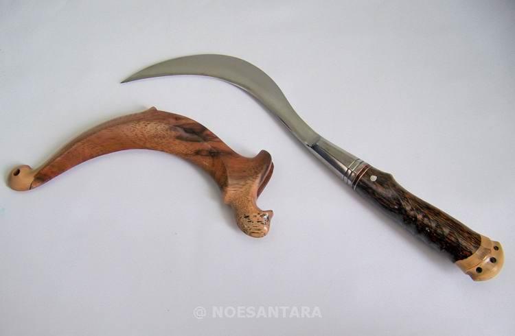 Le clurit, ou celurit, arme typique des Madurais qui sert parfois encore à régler des comptes en vertu d'un code de l'honneur très sourcilleux, le carok (Noesantara).