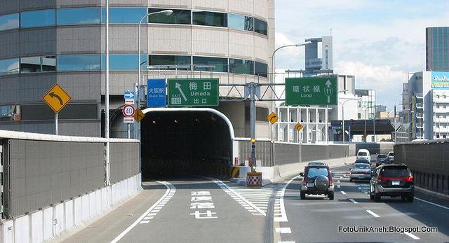 Terowongan Jalan Tol Menembus Gedung