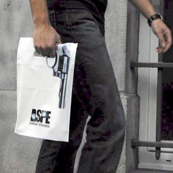 Kumpulan Foto Lucu: Ilusi Pistol Di Tas Jinjing