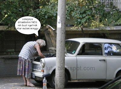 Foto Lucu Nenek jagoan modifikasi dan betulin mobil