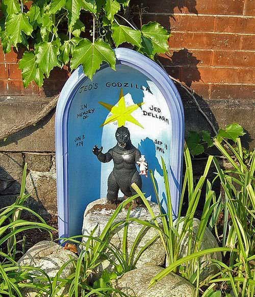 Kuburan Unik Dengan Nisan Mahluk Purba Mutan Radiasi Nuklir
