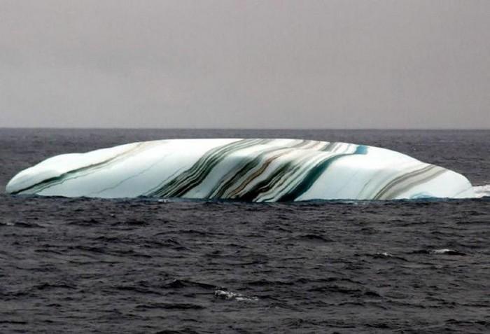 Gunung Es Dengan Lapisan Berwarna-warni