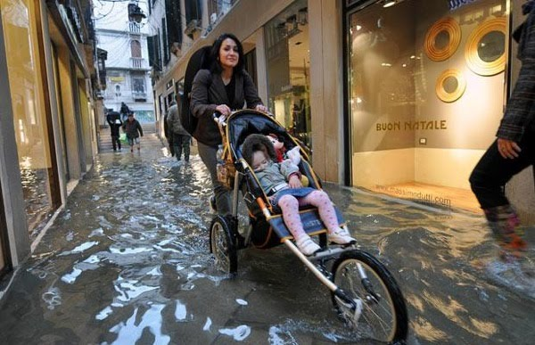 Mendorong Kereta Bayi Di Tengah Banjir