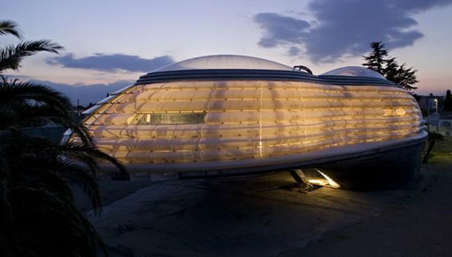 Rumah Mewah Berdesain Futuristik Mirip Pesawat Luar Angkasa