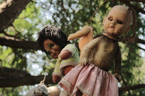 Menurut Rumor Boneka Boneka Ini Digukanan Untuk Menentramkan Arwah Seorang Gadis Yang Mati Tenggelam