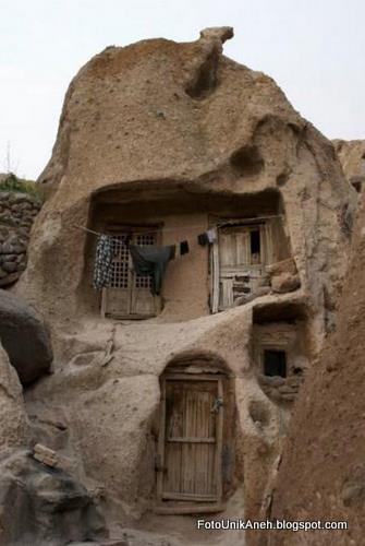 Batu Gunung Dilubangi Untuk Membuat Rumah
