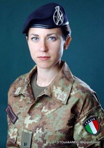 Cantik Dan Berseragam Militer
