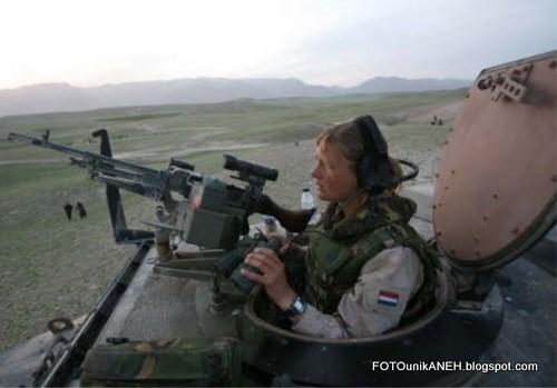 Tentara Cantik Berambut Pirang Dan Tank Baja