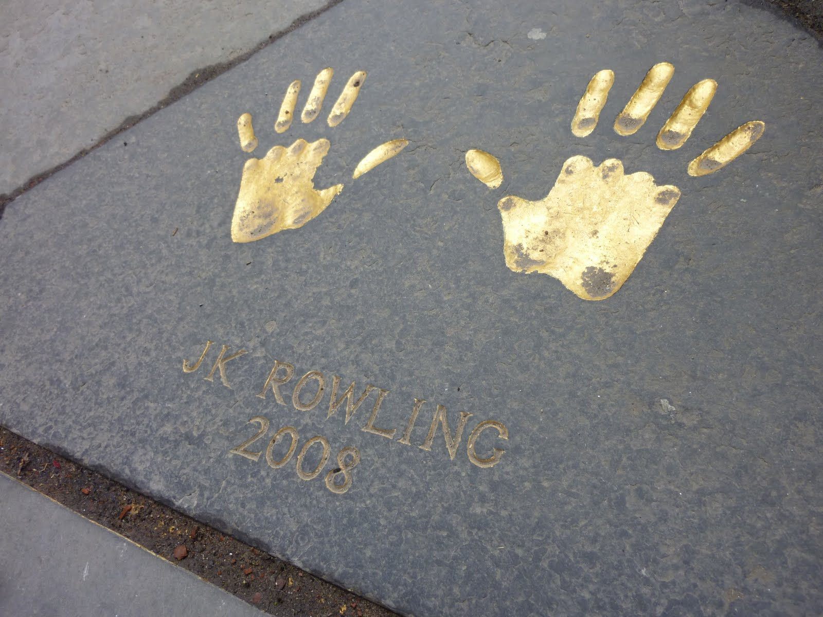 J.K. Rowling: the hands & handprints of the UK author! (Harry Potter) Jk+rowling+edinburgh