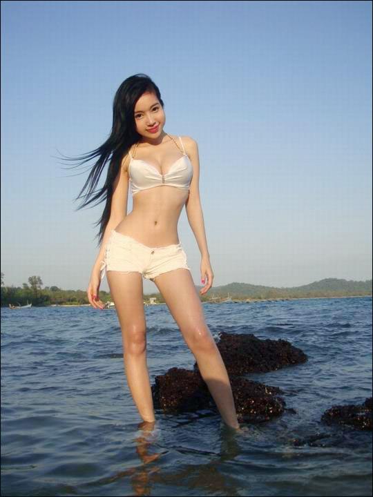 Elly Tran Ha in bikini