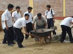 Alumnos trabajando en el cerco perimetrico