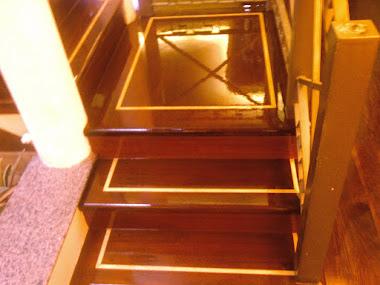 Escada Com Dois Tipos de Madeira