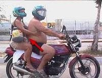 Multa por conducir una moto de 500cc con 3 ocupantes y un niño en medio