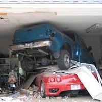 Un todoterreno y un Ferrari interesándose en la nuevas infracciones de la modificada Ley de Tráfico