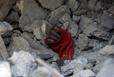 Mão de uma garota sob escombros na Cidade de Gaza [foto: Wissam Nassar/MaanImages]