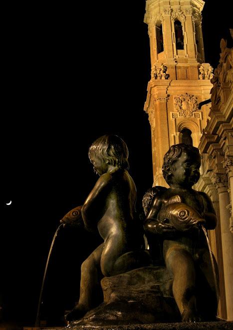 Plaza del Pilar ,fuente y luna