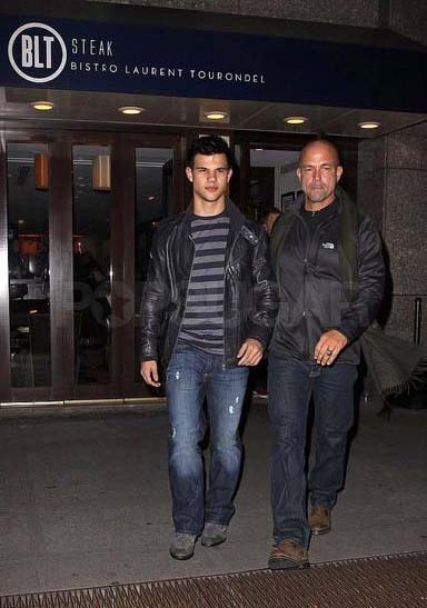 Taylor Lautner ( Twilight) Taylor+Eats+While+Kristen+and+Robert+Run+Around+for+New+Moon_+Photo+4+of+10+