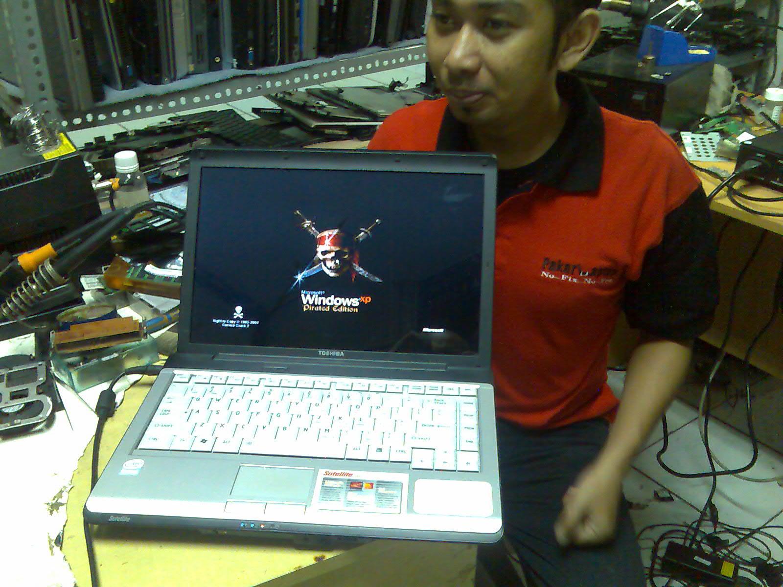 pakar laptop memperbaiki motherboard laptop