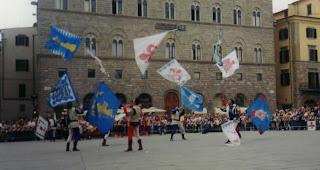 gli sbandieratori di Firenze in piazza signoria
