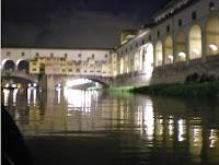 firenze vista dall arno passando sotto ponte vecchio