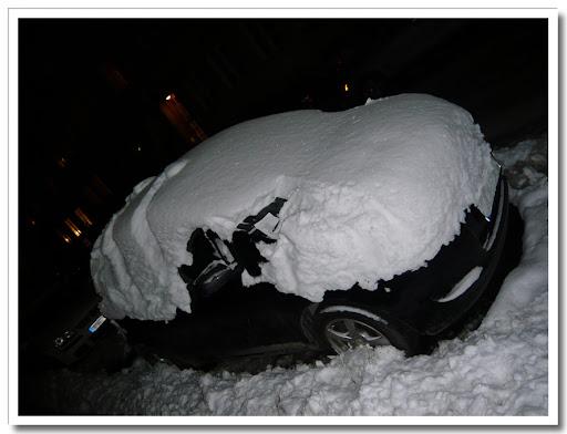 Snöig bil med parkeringsbot