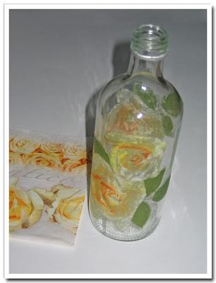 Saftflaska med gul rosservett