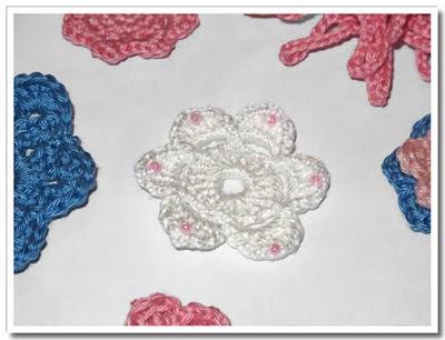 Blomma med invirkade pärlor