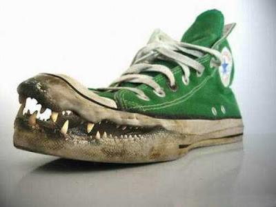 Tips Menghilangkan Bau Busuk Sepatu