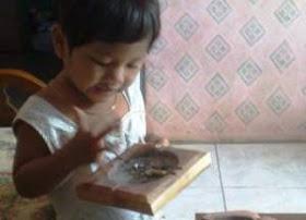 iim-bayi-makan-abu-rokok