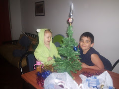 Mati y Agustina armando el árbol  de Navidad