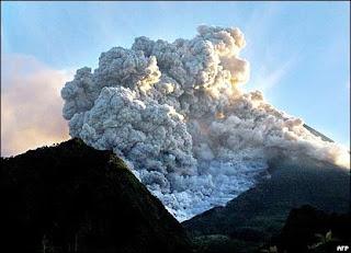 "<img src=""http://4.bp.blogspot.com/_P-Mg_4jSlNI/TNSp12YdS2I/AAAAAAAAAJs/bVn0WVKZFeI/s1600/awan-merapi.jpg"" alt=""For us ponder | Untuk kita renungkan by Ebiet G. Ade dan gunung meletus""/>"