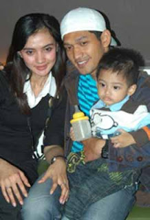 Ibnu Jamil foto happy family, with his wife Maya Attriani and young