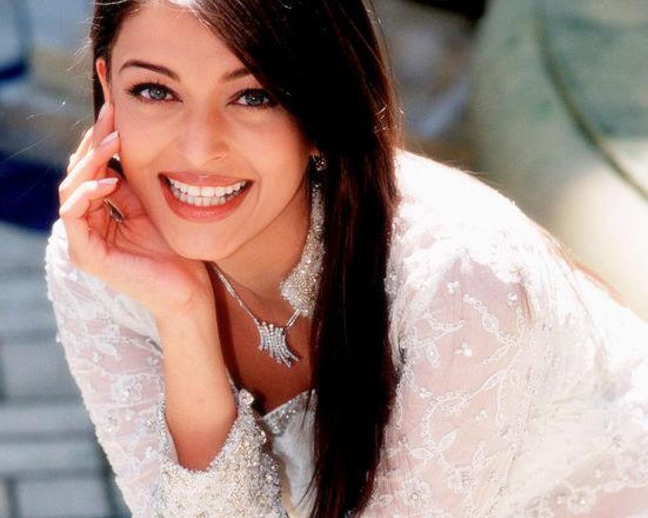 http://4.bp.blogspot.com/_P68mFhAnyqU/TNH2LfNokVI/AAAAAAAAAFo/unuMBipF7UM/s1600/beautiful-aishwarya-wallpapergg.jpg
