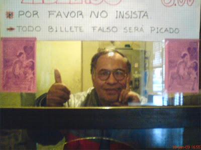 Leonidas Zegarra vendiendo boletos