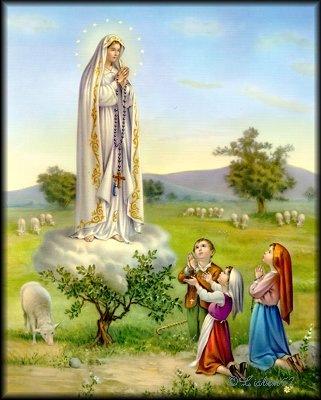 Nossa Senhora de Fátima e os três Pastorinhos de joellhos.