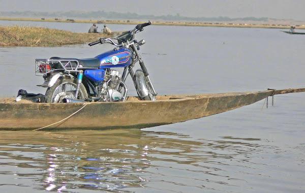 Moto in Pirouge
