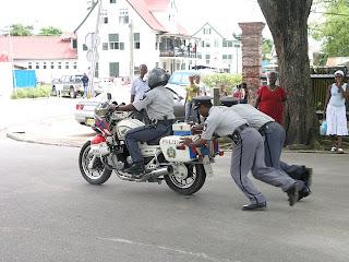 http://4.bp.blogspot.com/_PG9h1CS1dfo/R-D-07eaKxI/AAAAAAAAAQE/vD0GhJYpJmk/s320/police.jpg