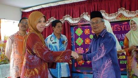 Pn Baizurah menerima hadiah cabutan bertuah