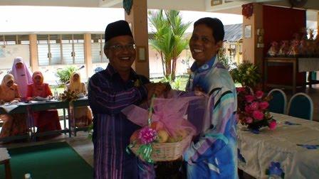 En Adnan menerima cenderamata dari Tuan Guru Besar