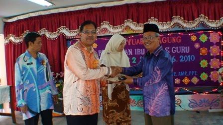 Penyampaian cenderahati kepada En Mohd Adnan
