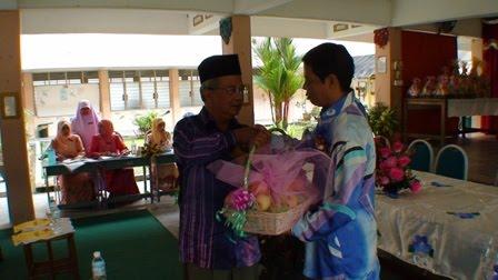Tuan Guru Besar menyampaikan cenderahati kepada En Adnan b Puteh