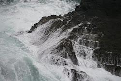 Una sucesión de olas les acercaba peligrosamente, iban a estrellarse
