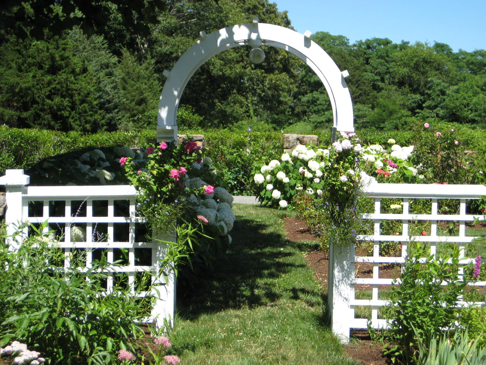 Gardens with arches  luxurious way to express yourself